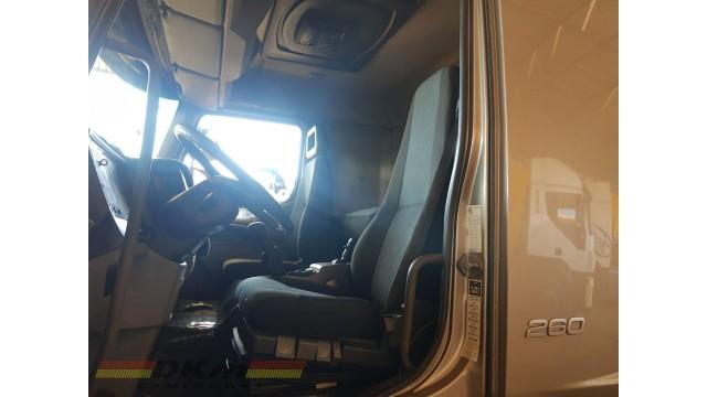 Volvo VM 260 6x2 ano 2010 com carroceria de 8mt